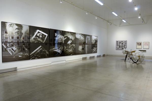 Vista de Sala, Nicolás Franco (centro). Colección Juan Yarur: Un relato personal. Vista de instalación en el MAC Parque Forestal, 2013. Foto: Chi-Hua Salinas Sung