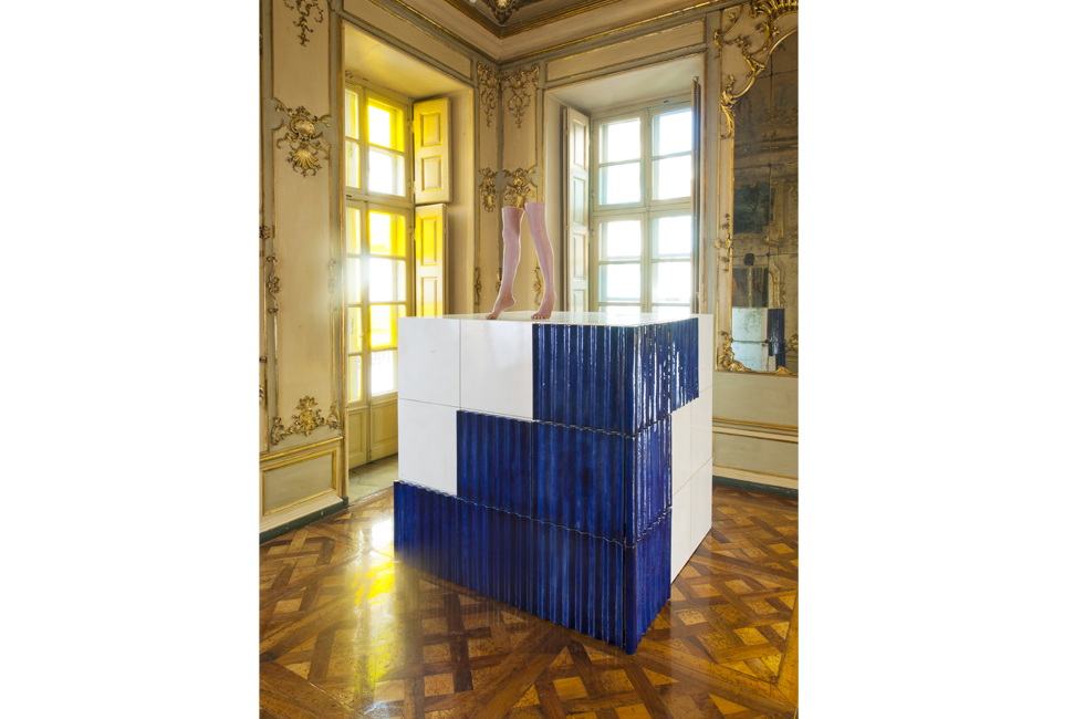 Vista de la instalación de Andro Wekua, Walk como parte de la exposición Repertory en el Palazzo Cavour
