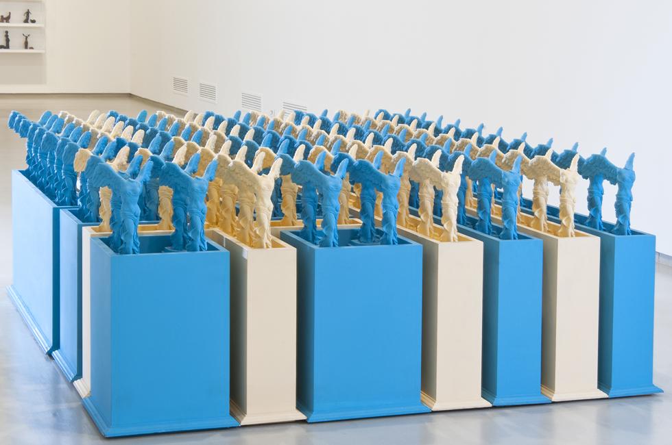 Vista de la instalación Victory Boxes de Edward Allington parte de la exposición Ideal Standard Forms en el GAM Galleria Civica d´Arte Moderna de Contemporanea