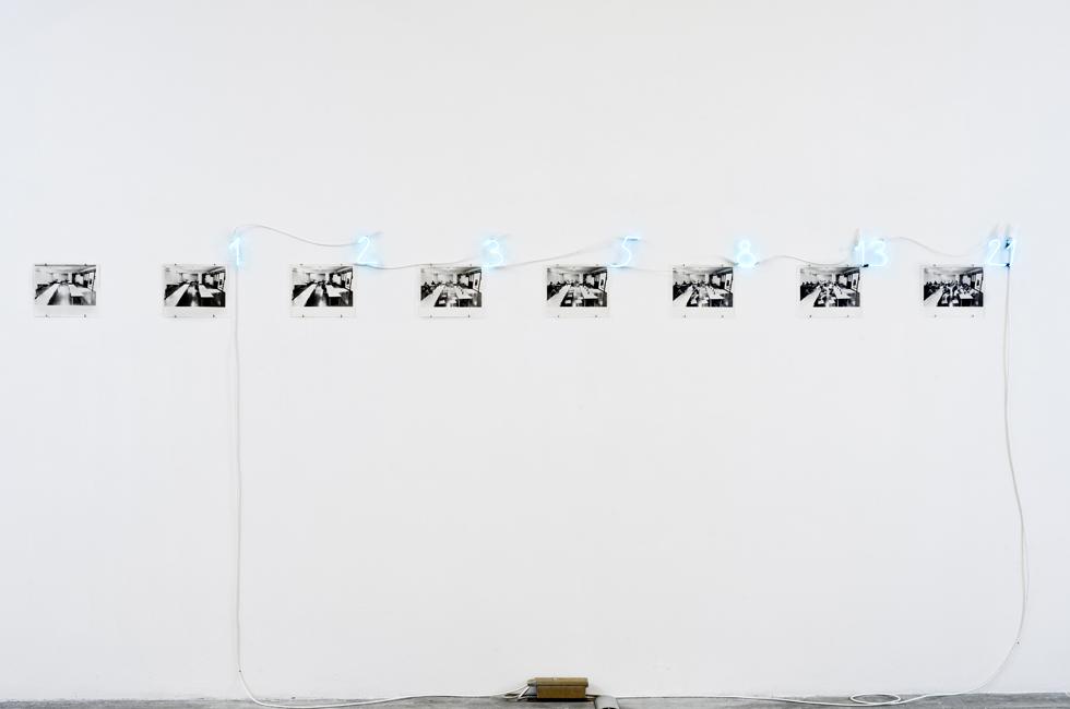 A Real Sum is a sum of People de Mario Merz en la exposición Ways of Working: The Incidental Object en la Fondazione Merz