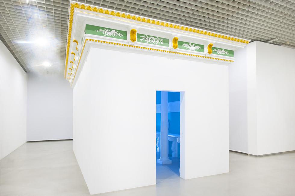 Vista de la instalación Temple of Convenience de Pablo Bronstein parte de la exposición Ideal Standard Forms en el GAM Galleria Civica d´Arte Moderna de Contemporanea
