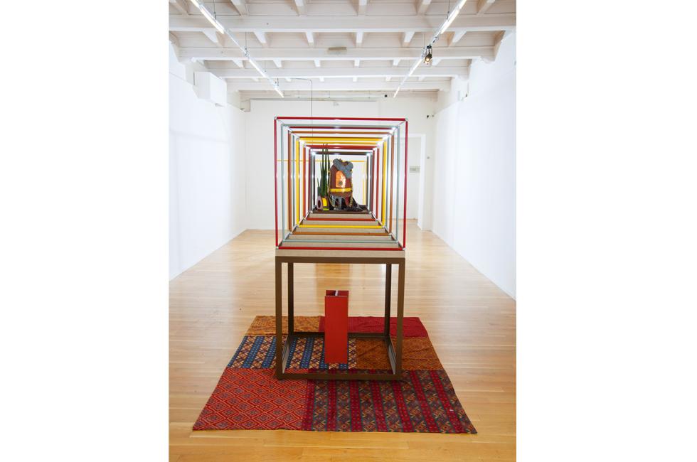 Vista de la instalación de Steven Claydon como parte de la exposición Repertory en el Palazzo Cavour