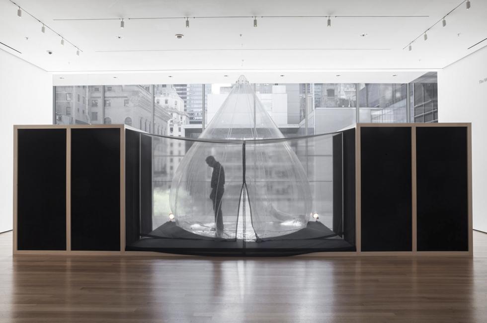 Vista de la instalación La casa es el Cuerpo (1968), parte de la exposición Lygia Clark: The Abandonment of Art, 1948-1988, MoMA, 2014. Foto: Thomas Griesel © 2014 MoMA