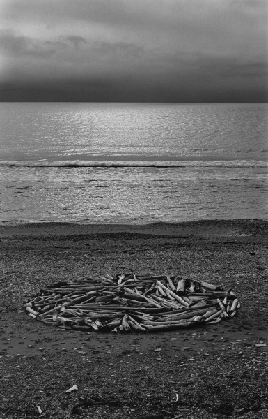 Richard Long, Círculo en Alaska, Estrecho de Bering, Círculo Polar Ártico, 1977 © Richard Long. Cortesía: Faena Arts Center