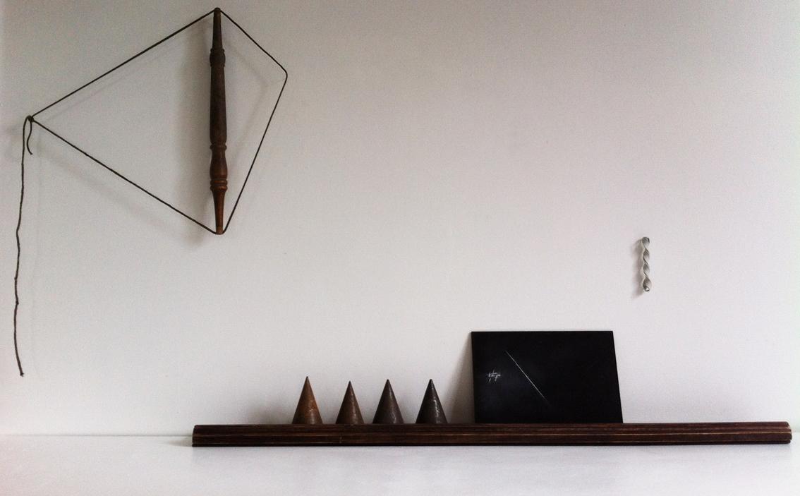 Mandorla (2) & repisa. 2014 Cordel y palo de madera torneado, repisa de madera, plomos, pizarra y elástico torcido.