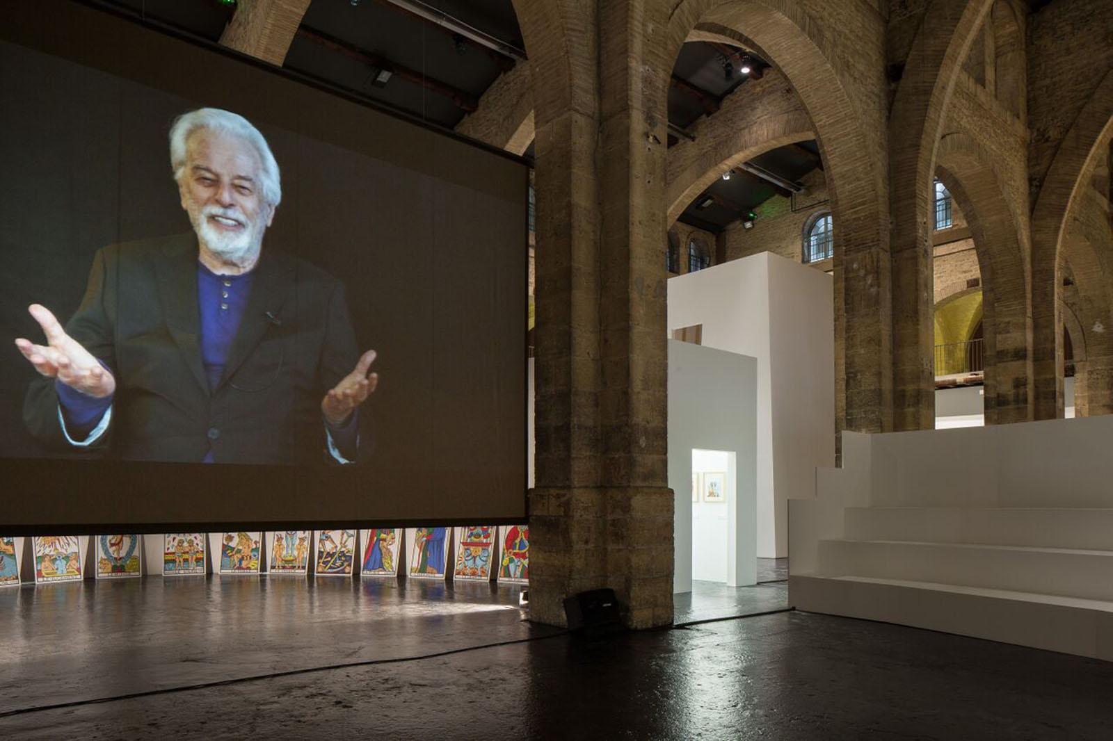 Vista de la exposición de Alejandro Jodorowsky en el CAPC, Burdeos, 2015. Foto: Arthur Péquin